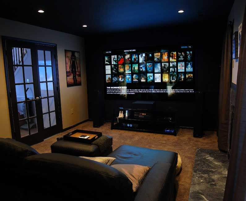 מקרן לקולנוע ביתי בחדר הקרנה