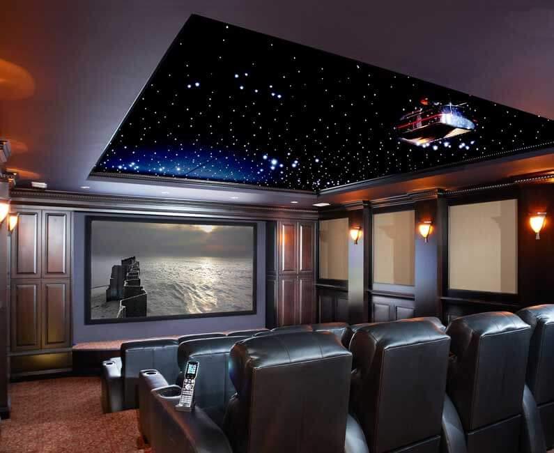 חדר קולנוע ביתי עם מקרן